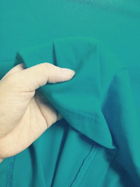 Sờ vải thun bằng tay để cảm nhận