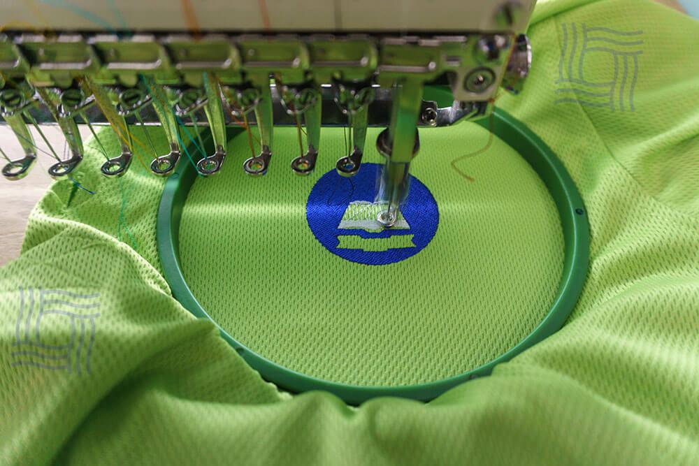 Thêu logo trên áo thun vải mè